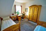 Zweites Schlafzimmer mit großem Kleiderschrank und Schreibtisch