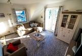 Der Wohnraum mit Wohnzimmerschrank und Sitzgruppe