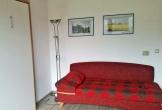 ausziehbare Schlafcouch, links Schrank mit ausklappbaren Betten