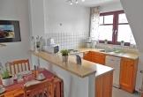 komplett eingerichtete Küche mit Backofen ...