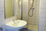 Badezimmer mit Waschbecken, WC ...