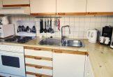 komplett eingerichtete separate Küche mit Backofen . . .