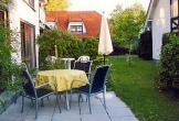 Terrasse mit Gartenmöbeln und Grill