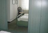 Schlafzimmer mit Schrank und Spiegel