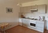 Küchenzeile mit Kühlschrank und Backofen