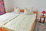 Schlafzimmer mit Doppelbett ...