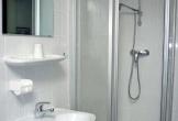 . . . Waschbecken + Dusche
