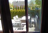 Blick vom Wohnraum auf die Terrasse