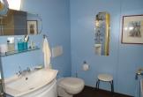 Badezimmer mit Badewanne und Waschbacken