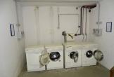 Keller mit Münz-Waschmschinen und -trockner