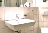 Badezimmer mit Waschbecken und ...