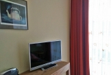 Schreibtisch mit Fernseher und Radio im Schlafzimmer