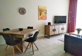 Flur-auf-Essbereich-und-Wohnbereich-mit-Curved-TV