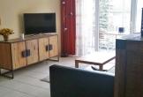 Flur-auf-Wohnbereich-mit-Curved-TV