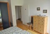 Schlafzimmer mit Schrank und Kommode