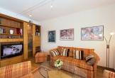 Wohnzimmer mit TV-Flachbildschirm