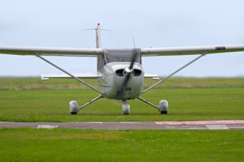 Propellerflugzeug auf dem Flugplatz Güttin
