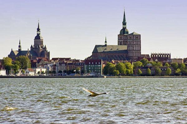 Hafen von Gustow mit Badebucht im Hintergrund