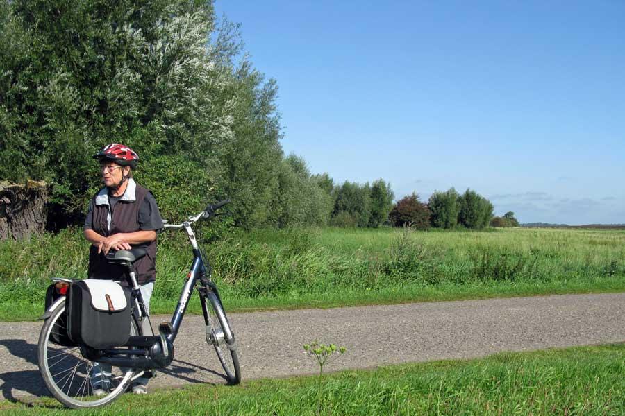 Fahrradfahrerin mit E-Bike