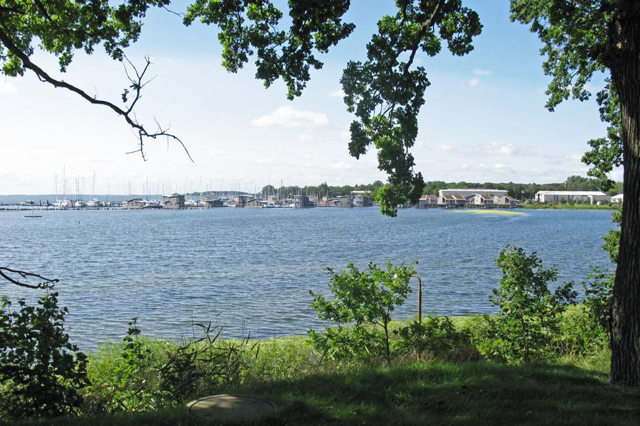 Blick vom Badehaus Goor auf den Hafen Lauterbach