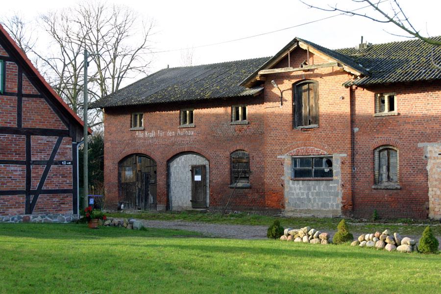 Gutshaus Losentitz im Jahr 2005 Nebengebäude