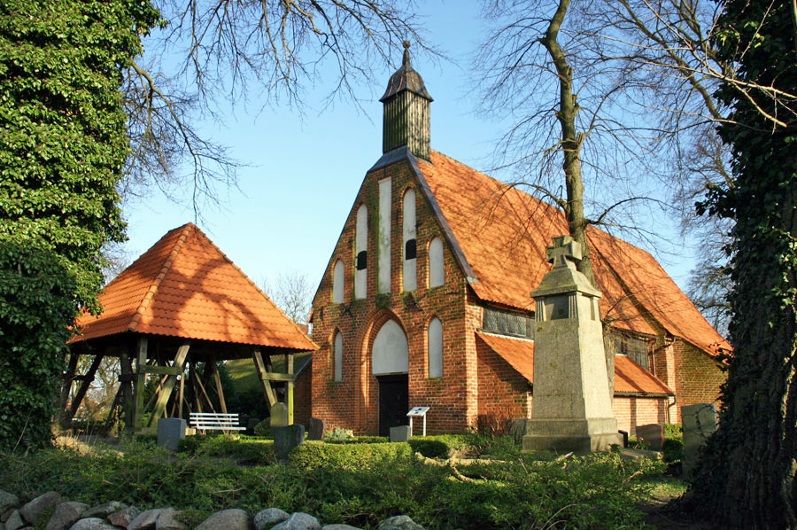 St. Marien Kirche Waase im Jahr 2005