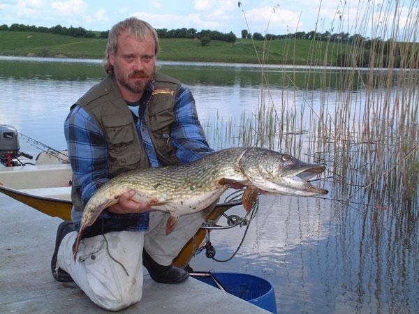Angler mit kapitalen Hecht