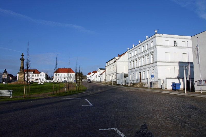 Blick auf den Circus von Putbus - weiß gestrichene Häuser als Rondell angelegt