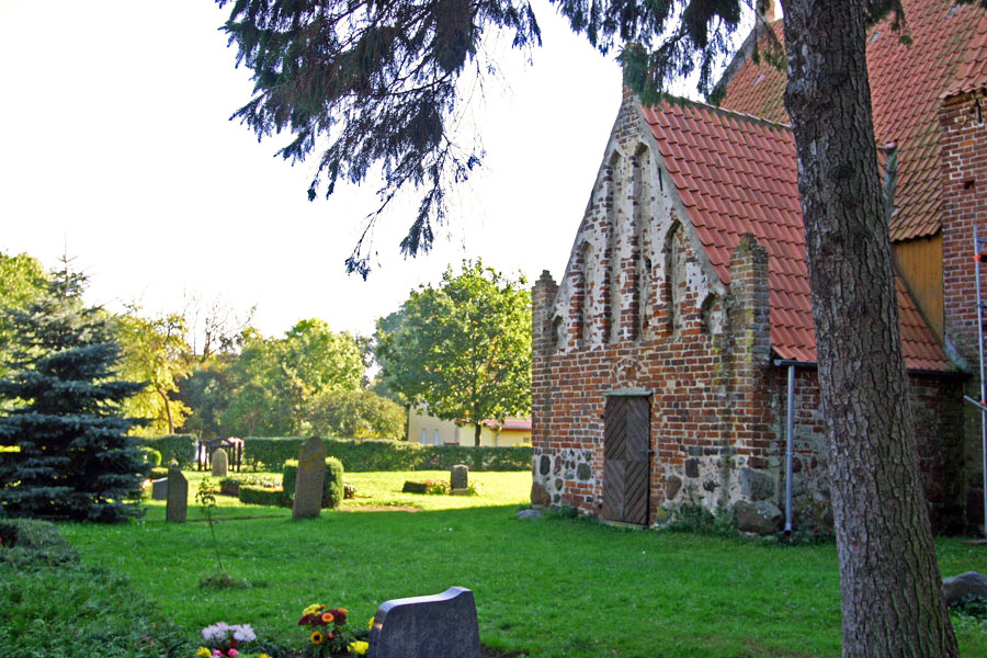 Friedhof St. Andreas Kirche Rappin im Jahr 2005