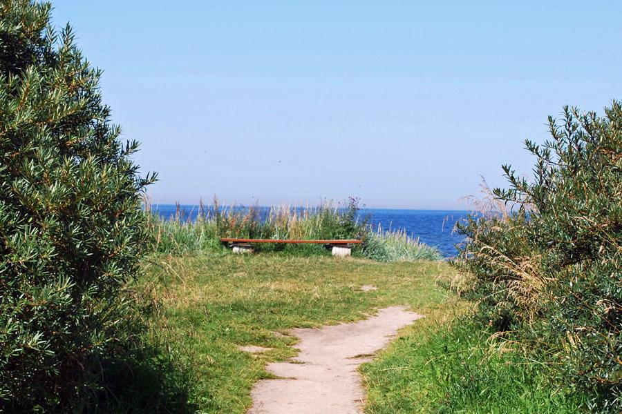 Bank bei Glowe mit Aussicht auf den Strand und die Ostsee