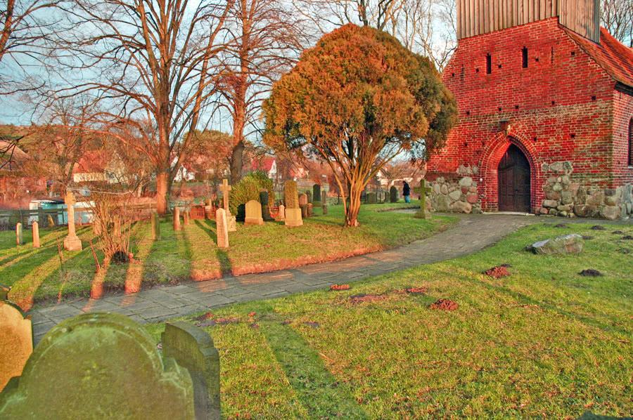 Friedhof Ev. Kirche Groß Zicker im Jahr 2005