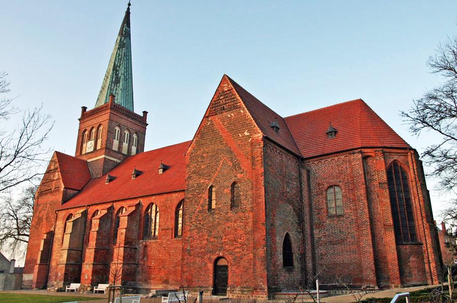 St. Marien Kirche Bergen im Jahr 2005
