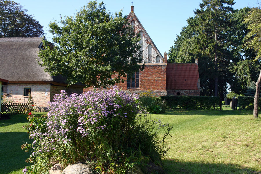 Kirche und Pfarrhaus St. Andreas Kirche Rappin im Jahr 2005
