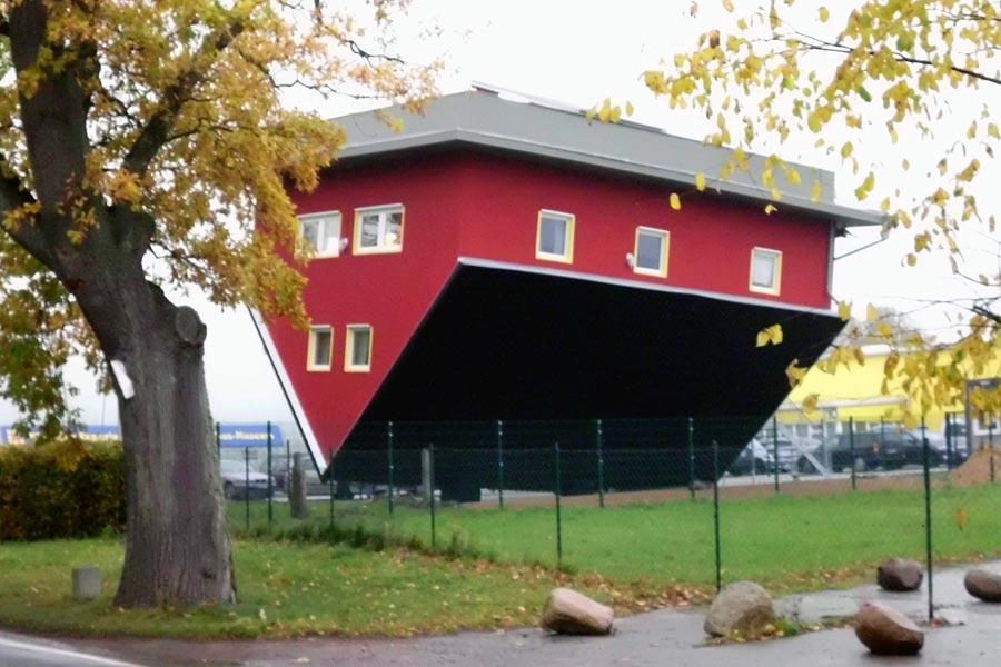 Spitzdachhaus steht auf dem Kopf