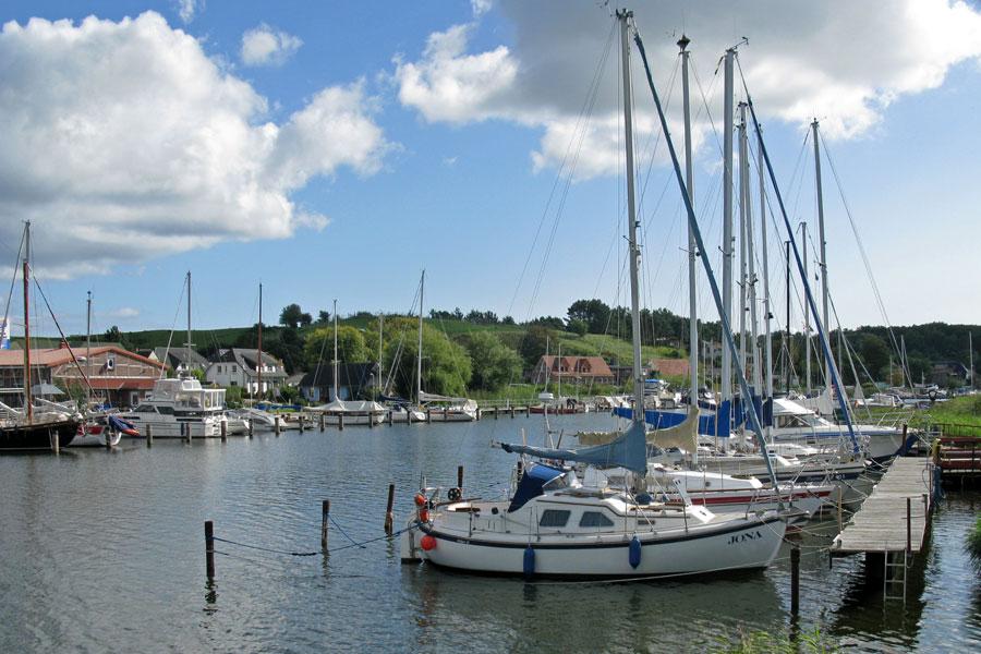 Hafen von Seedorf mit Segelbooten