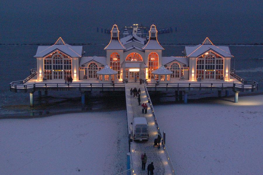 Selliner Seebrücke in der Winternacht