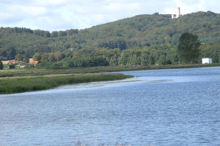 Selliner See - Im Hintergrund Jagdschloss Granitz