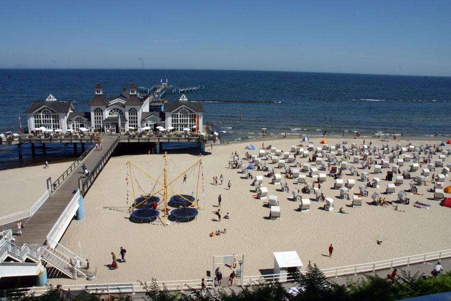 Strand mit Strandkörben rechts von der Seebrücke