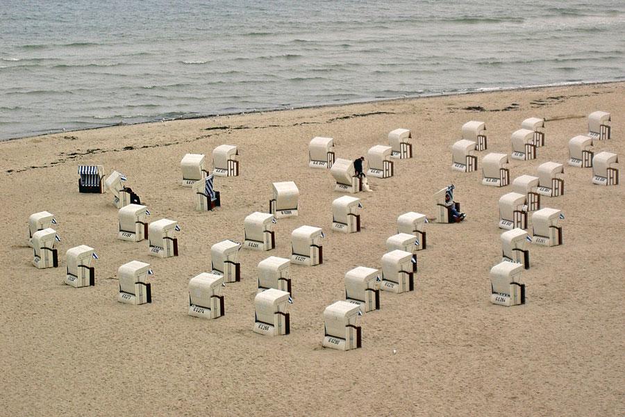 verlassene Strandkörbe bei schlechtem Wetter