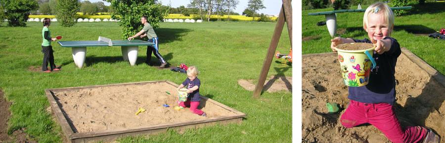 Hannah im Sandkasten während die Eltern Tischtennis spielen