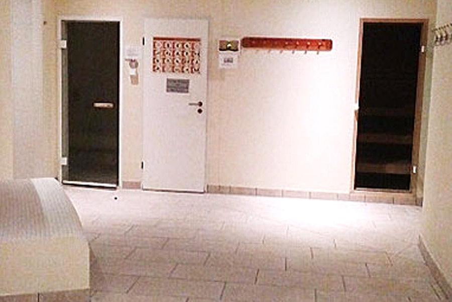 Blick auf Saunabereich - Dampfsauna links