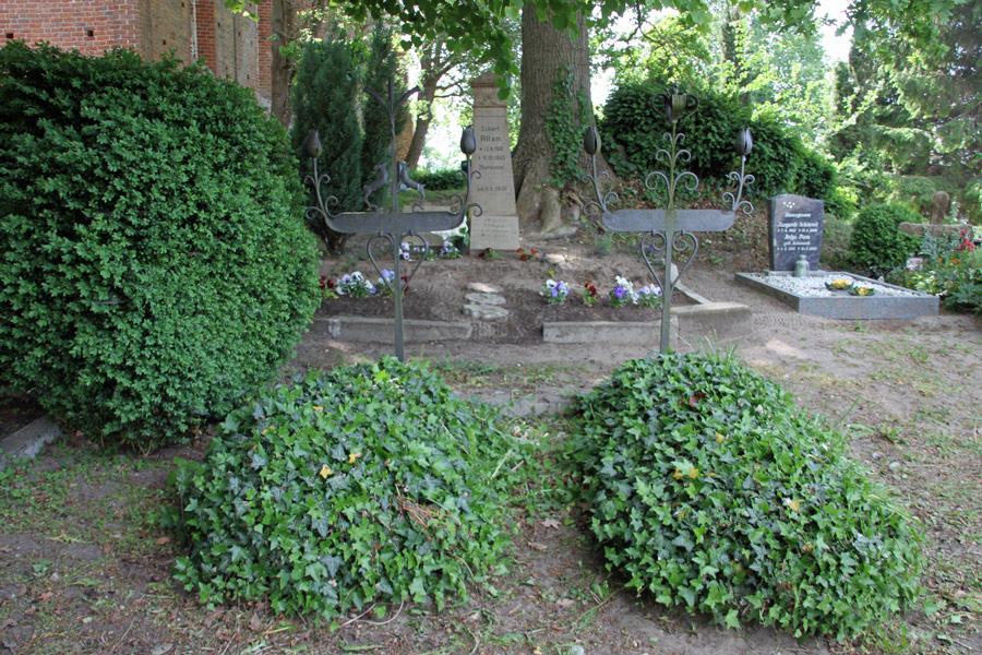 Friedhof der Dorfkirche Gustow im Jahr 2016