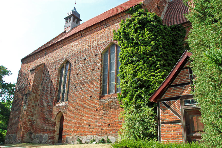 Dorfkirche Gustow im Jahr 2005