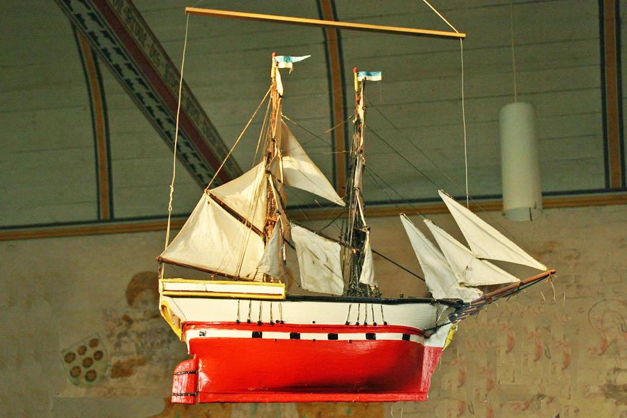 Schiffsmodell in der St. Nikolaikirche Altefähr im Jahr 2005