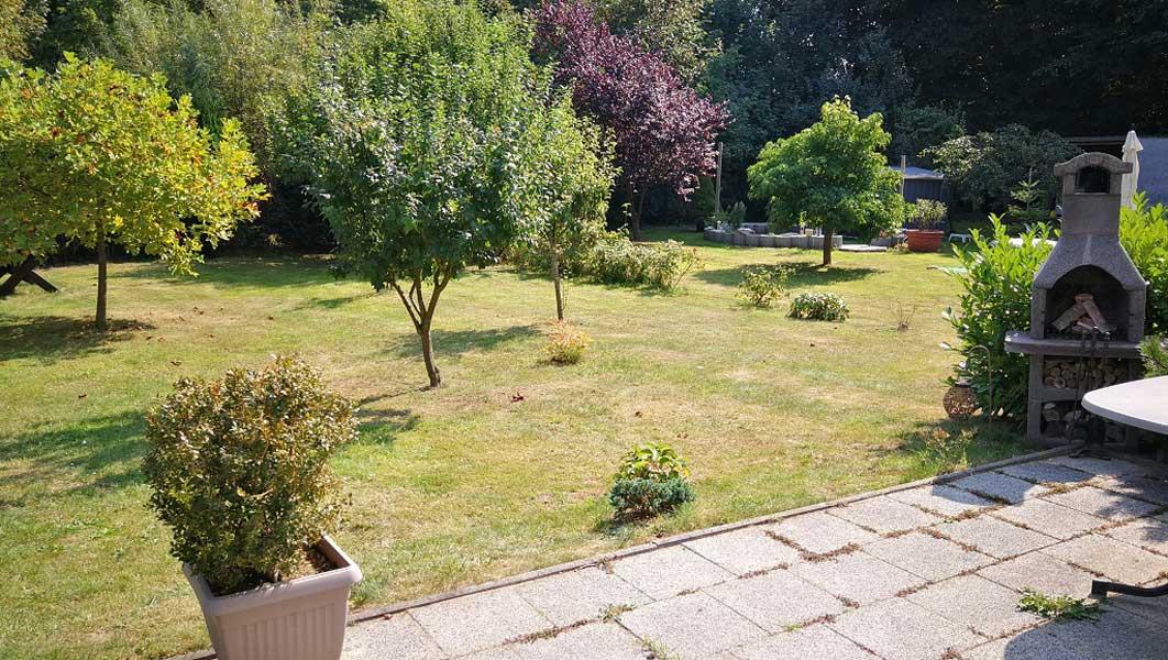 Blick von der Terrasse auf den Garten